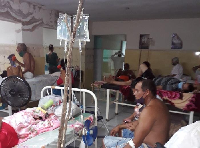 En un hospital de Holguín utilizan palos para colgar las bolsas de suero