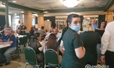 """Florida registra un récord de contagios, más de 21 mil en un solo día Expertos en salud no descartan que también se alcance un nuevo pico de personas hospitalizadas Florida alcanza un nuevo pico de contagios ante la variante Delta de la COVID-19 y un relajamiento de medidas preventivas El estado de Florida vive una nueva ola de contagios del coronavirus COVID-19 y se ha convertido en el epicentro nacional de la pandemia, informó Telemundo 51. Las autoridades locales reportaron este fin de semana un récord de 21.683 contagios en un solo día, cantidad que por primera vez se da un lapso de 24 horas desde que inició la crisis sanitaria. Los Centros para el Control y la Prevención de Enfermedades de Estados Unidos tienen en sus registros que el pico más alto de Florida era de 19.334 contagios, ocurrido el pasado 7 de enero. Además de los contagios, el estado de sol también se está acercando a su pico más de personas internadas por motivo de la pandemia, según la Asociación de Hospitales de Floridas. Los expertos en salud señalan que esta nueva ola se debe a la presencia de la variante Delta, la más peligrosa de todas, que se combina con la falta de medidas preventivas por parte de residentes locales y turistas. """"Si no tomamos las medidas de mitigación y de vacunas las variantes que siguen van a hacer más fuertes y no van a funcionar las vacunas"""", comentó al medio estadounidense la doctora Dadilia Garcés. Asimismo comentó que los hospitales del estado van a cerrar sus salas de emergencia y decidir sobre cuál cirugía tomar si se llega a dar un incremento de personas hospitalizadas. Todos los parques temáticos de Florida, como Universal Orlando Resort y SeaWorld, nuevamente piden a los visitantes el uso obligatorio de máscaras en las instalaciones, así como a todos los trabajadores. Además de ello, Walt Disney World solo permitirá en sus interiores a trabajadores asalariados y no sindicalizados que estén completamente vacunados. Hace unos días, la alcaldesa de Miami-Dade, D"""